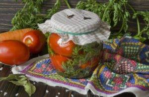 Помидоры маринованные с морковной ботвой