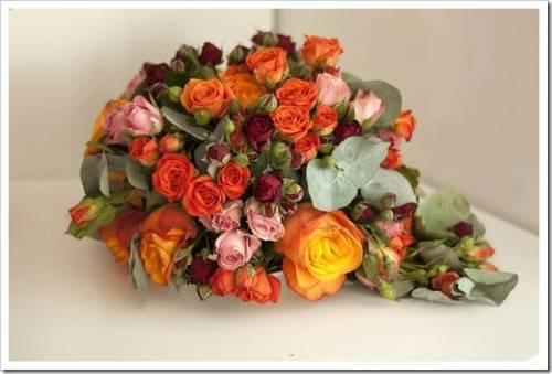 С какими цветами сочетаются розы в букете