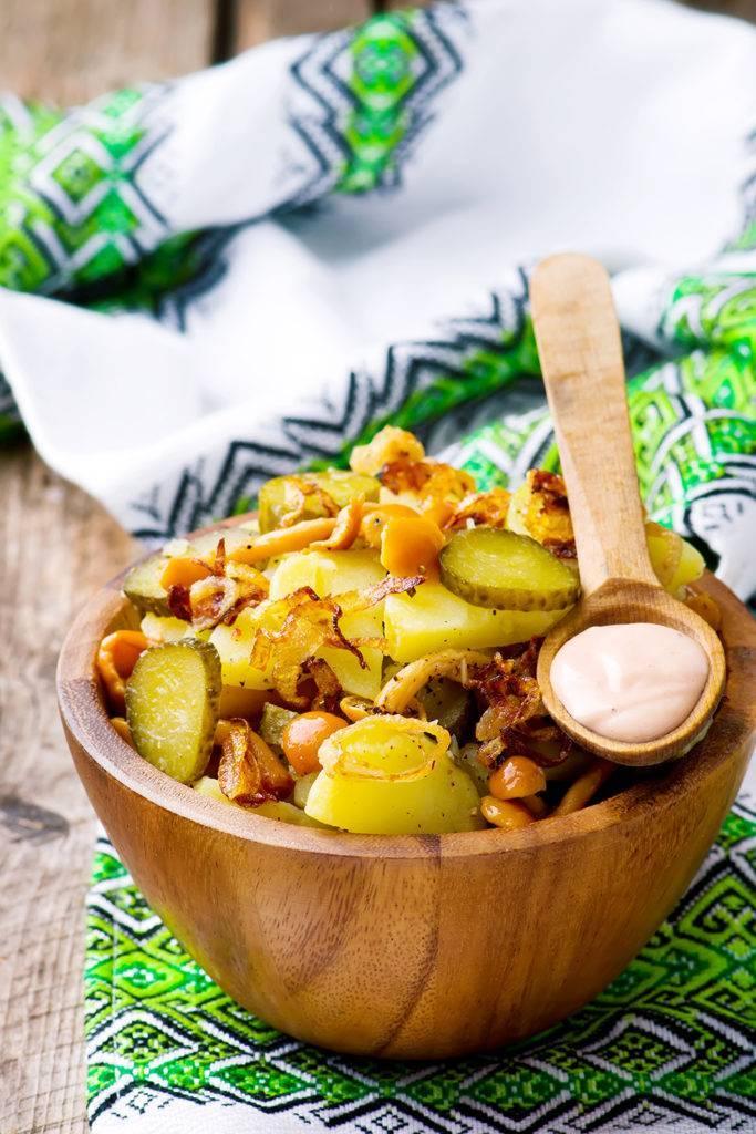 Салат с маринованными грибами и картофелем