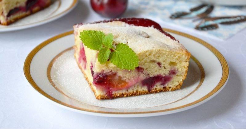 Пирог со свежими сливами
