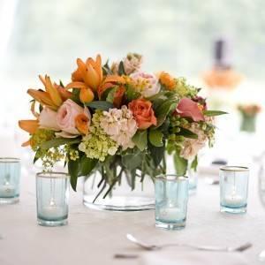 Цветы на обеденном столе