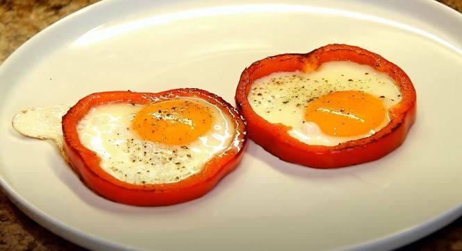 Как вкусно приготовить яйца на сковороде